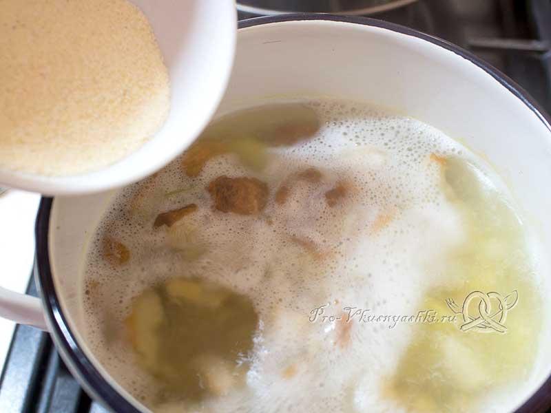 Суп из свежих белых грибов с картофелем и манной крупой - добавляем манку