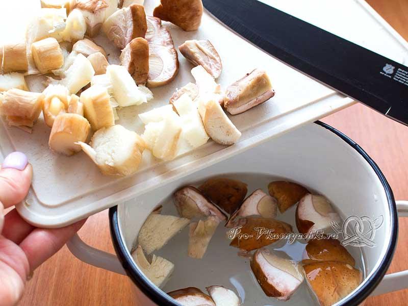 Суп из свежих белых грибов с картофелем и манной крупой - варим грибы