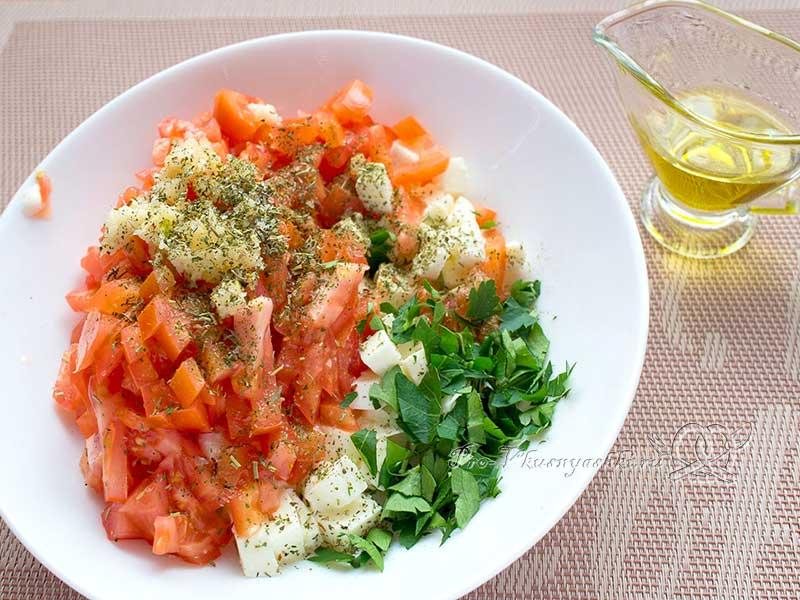 Салат с сыром Моцарелла и помидорами - добавляем остальные ингредиенты