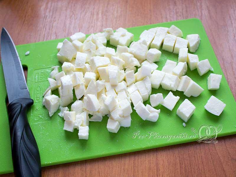 Салат с сыром Моцарелла и помидорами - нарезаем сыр