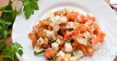 Салат с сыром Моцарелла и помидорами - подача